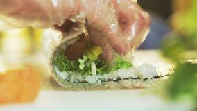 Herstellung Sushi Rolls gesehen von der Seite stock footage