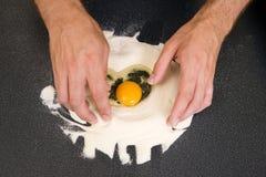 Herstellung Teigwaren - Ei und Mehl stockfotos