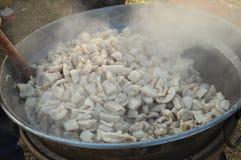 Herstellung vom Knistern, gut-brünierte, klare Rinde des gebratenen Schweinefleisch lizenzfreie stockfotos