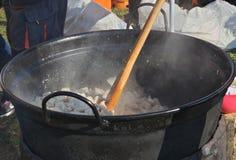 Herstellung vom Knistern, gut-brünierte, klare Rinde des gebratenen Schweinefleisch stockfotografie