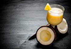 Herstellung von Cocktails auf der Tafel lizenzfreie stockbilder