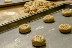 Herstellung von Erdnussbutter-Plätzchen Lizenzfreies Stockbild