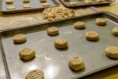 Herstellung von Erdnussbutter-Plätzchen Stockfotografie