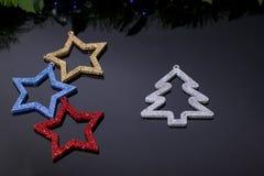 Herstellung von glänzenden dekorativen Sternen von verschiedenen Farben stockfoto