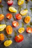 Herstellung von Hälfte getrockneten Tomaten Lizenzfreies Stockfoto
