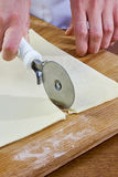 Herstellung von Hörnchen-Plätzchen mit Stau serie Ausschnittteig mit Schneider Stockbilder