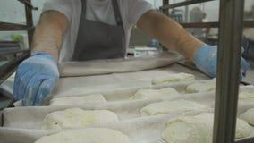 Herstellung von Hörnchen-Plätzchen mit Stau und Butter serie Ausschnittteig mit Schneider in Dreiecke Bäcker in der modernen Bäck stock footage