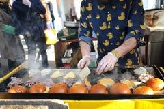 Herstellung von Hamburgern in London an Broadway-Markt Lizenzfreies Stockbild