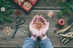 Herstellung von handgemachten Weihnachtsspielwaren vom Stroh mit Ihren eigenen Händen Children& x27; Konzept s DIY Herstellung de stockfotografie
