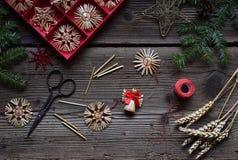 Herstellung von handgemachten Weihnachtsspielwaren vom Stroh mit Ihren eigenen Händen Children' Konzept s DIY Herstellung de stockbild
