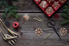 Herstellung von handgemachten Weihnachtsspielwaren vom Stroh mit Ihren eigenen Händen Children' Konzept s DIY Herstellung de lizenzfreie stockbilder