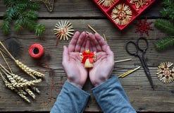 Herstellung von handgemachten Weihnachtsspielwaren vom Stroh mit Ihren eigenen Händen Children& x27; Konzept s DIY Herstellung de lizenzfreie stockfotos