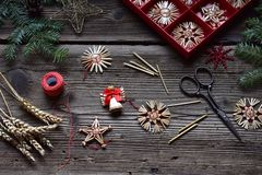 Herstellung von handgemachten Weihnachtsspielwaren vom Stroh mit Ihren eigenen Händen Children' Konzept s DIY Herstellung de lizenzfreie stockfotos