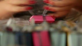 Herstellung von kleinen Geschenkboxen für Dekoration stock video