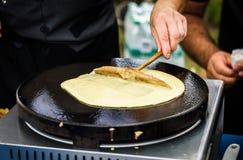 Herstellung von Krepppfannkuchen im Festival des freien Marktes angemessen stockfoto