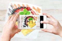 Herstellung von kulinarischen Fotos auf Smartphone Stockfotografie