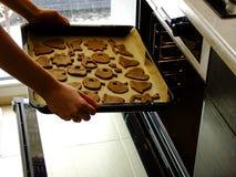 Herstellung von Lebkuchen-Plätzchen für Weihnachten stockfoto