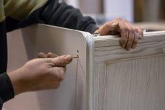 Herstellung von Möbeln vom Holz Arbeitstischler Zimmereiwerkzeuge lizenzfreie stockfotografie