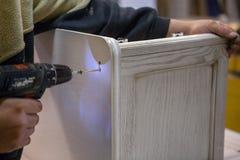 Herstellung von Möbeln vom Holz Arbeitstischler Zimmereiwerkzeuge stockbild