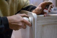 Herstellung von Möbeln vom Holz Arbeitstischler Zimmereiwerkzeuge lizenzfreie stockfotos