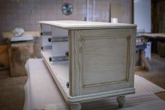 Herstellung von Möbeln vom Holz Arbeitstischler Zimmereiwerkzeuge lizenzfreies stockbild