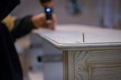 Herstellung von Möbeln vom Holz Arbeitstischler Zimmereiwerkzeuge stockfotografie