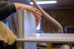 Herstellung von Möbeln vom Holz Arbeitstischler Zimmereiwerkzeuge lizenzfreie stockbilder