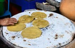 Herstellung von mexikanischen Tortillas Stockfotografie