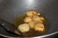 Herstellung von Mung Bada im Öl - indischer Teller Stockfotos