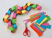 Herstellung von Papierketten Stockbild