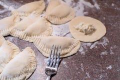 Herstellung von Politur pirogi, ethnische Mehlklöße mit Ricotta stockbild