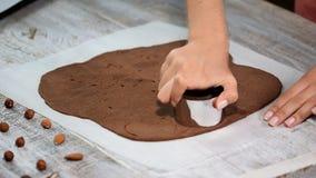 Herstellung von Schokoladenplätzchen serie Unter Verwendung der Plätzchenschneider, zum von Runden herauszuschneiden stock video