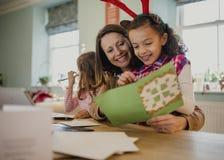 Herstellung von Weihnachtskarten mit Mama Stockfotografie