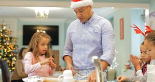 Herstellung von Weihnachtskeksen mit Vati stock video