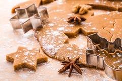 Herstellung von Weihnachtslebkuchenplätzchen Stockfotos