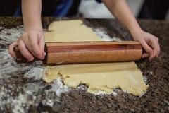 Herstellung von Weihnachtsplätzchen mit Zuckerplätzchenteig und einem Nudelholz stockbilder