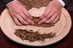 Herstellung von Zigarren von getrocknet herauf Blätter Lizenzfreie Stockfotografie