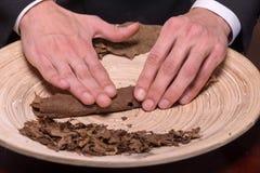 Herstellung von Zigarren von getrocknet herauf Blätter Stockbilder