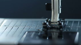 Herstellungsausrüstung an der Textilfabrik Nähnadel in der Zeitlupe stock video