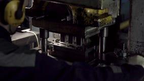 Herstellungsc$lochen in den Metallprodukten stock video