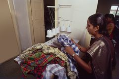Herstellungseinheitslauf des Hemdes durch Frauenunternehmer Indien stockbild
