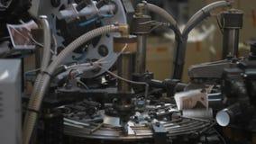 Herstellungsverfahren der Papierschale für Kaffee oder Tee Teile der drehenden Maschine stock video