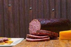 Hertevleesworst, jalapeno, kaas, crackers stock foto's