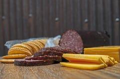 Hertevleesworst, jalapeno, kaas, crackers stock afbeeldingen