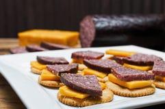 Hertevleesworst, jalapeno, kaas, crackers stock afbeelding