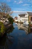 Hertford, Inglaterra, casas por el río, cielo azul con la reflexión Imagen de archivo libre de regalías