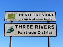 Hertfordshire-Grafschaft der Gelegenheit und drei Flüsse Fairtrade-Bezirkszeichen stockfotografie