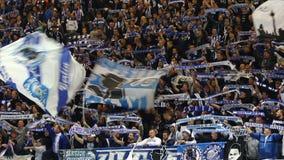 Hertha Berlin-ultras presteren op tribunes tijdens voetbalspel stock videobeelden