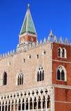 Hertiglig slott och det Klocka tornet av St Mark i Venedig Arkivfoto