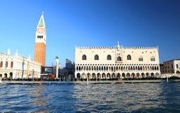 Hertiglig slott och det Klocka tornet av St Mark i Venedig Italien Fotografering för Bildbyråer
